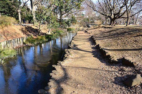 三角広場のわきを流れる神田川