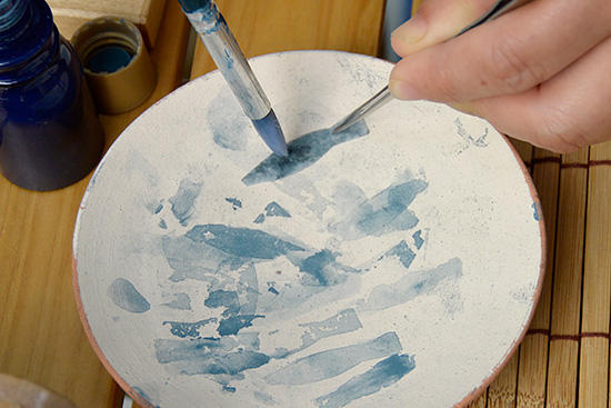 陶器の皿に絵付け